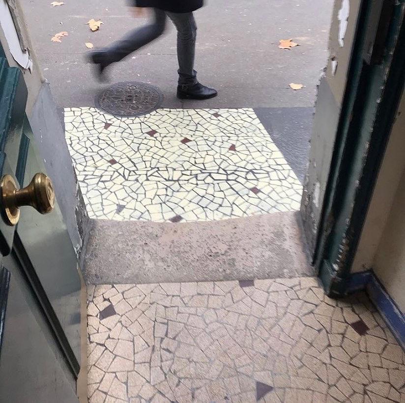 """Street art : on est fan des """"fuites de carreaux"""" sur le trottoir d'Inkoj"""