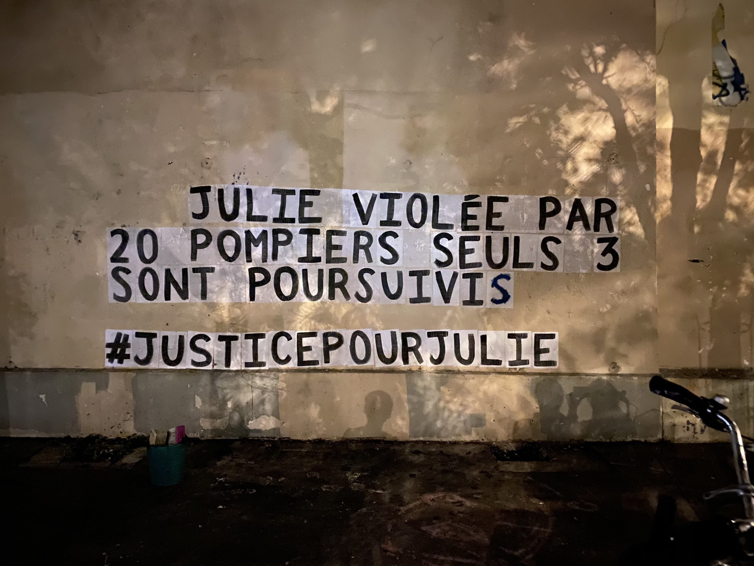 """Collages militants : le collectif """"Nous Toutes"""" investit les rues du 20e"""